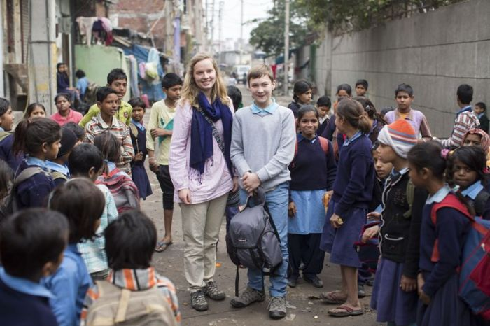 Millie and Sam outside Madanpur Khadar primary school, New Delhi (© David Levene)